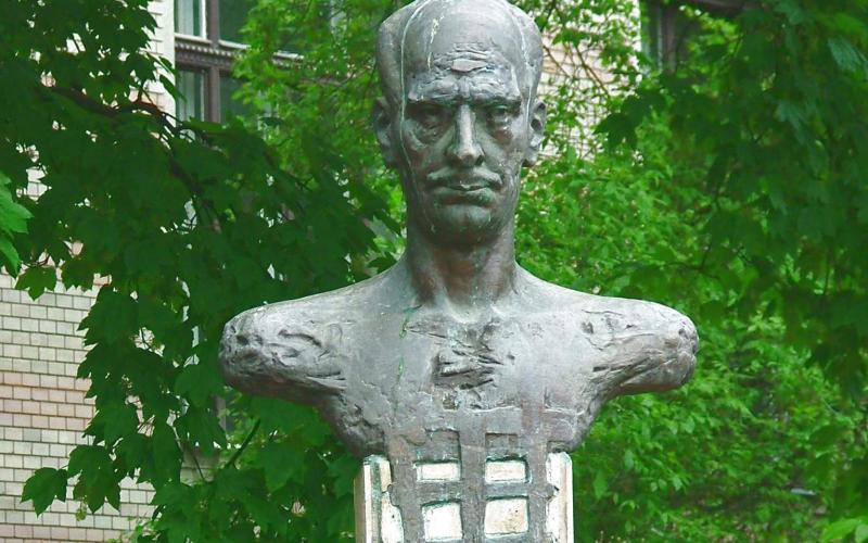 Statuia lui Lucian Blaga din faţa bibliotecii